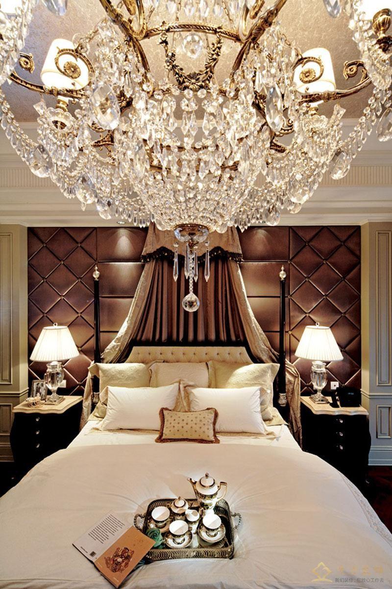 主人房采用大型的豪华水晶吊灯,显得非常大气,软包装饰背景,显得空间柔和舒适。