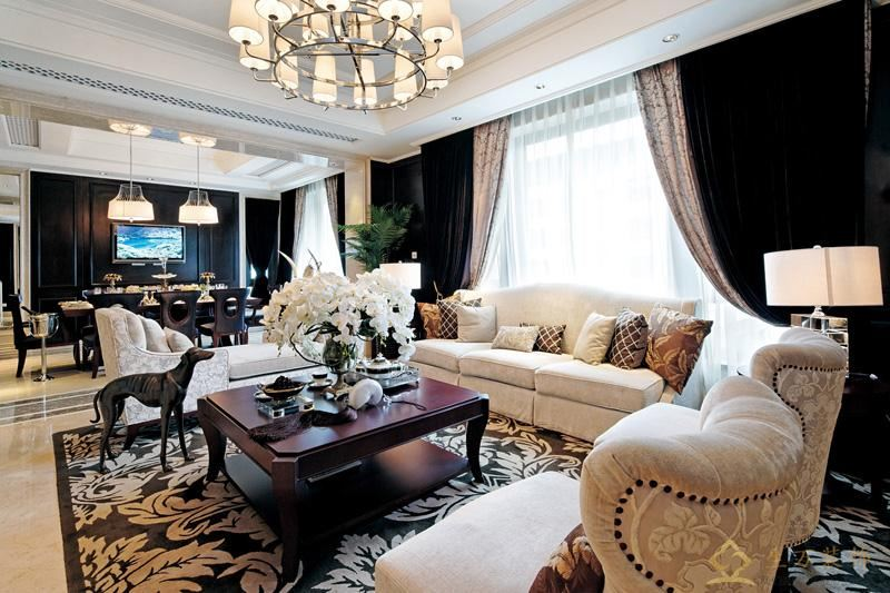 黑色布艺窗帘,柔软的布艺沙发,称托出客厅大气,典雅气派。
