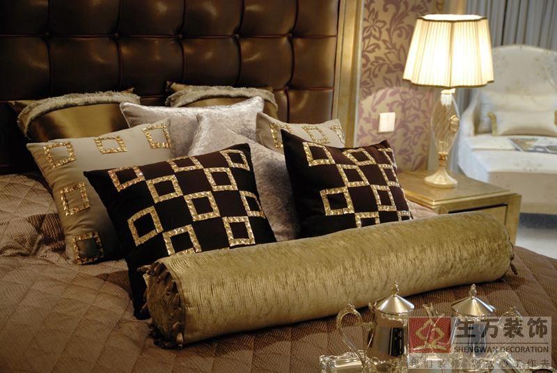 父母房的www.bobvip.com,以深色的软包作为背景,结合布艺的装饰设计,给予视觉柔和,温馨的美感。